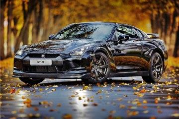 Nissan GT-R на фоне осеннего пейзажа