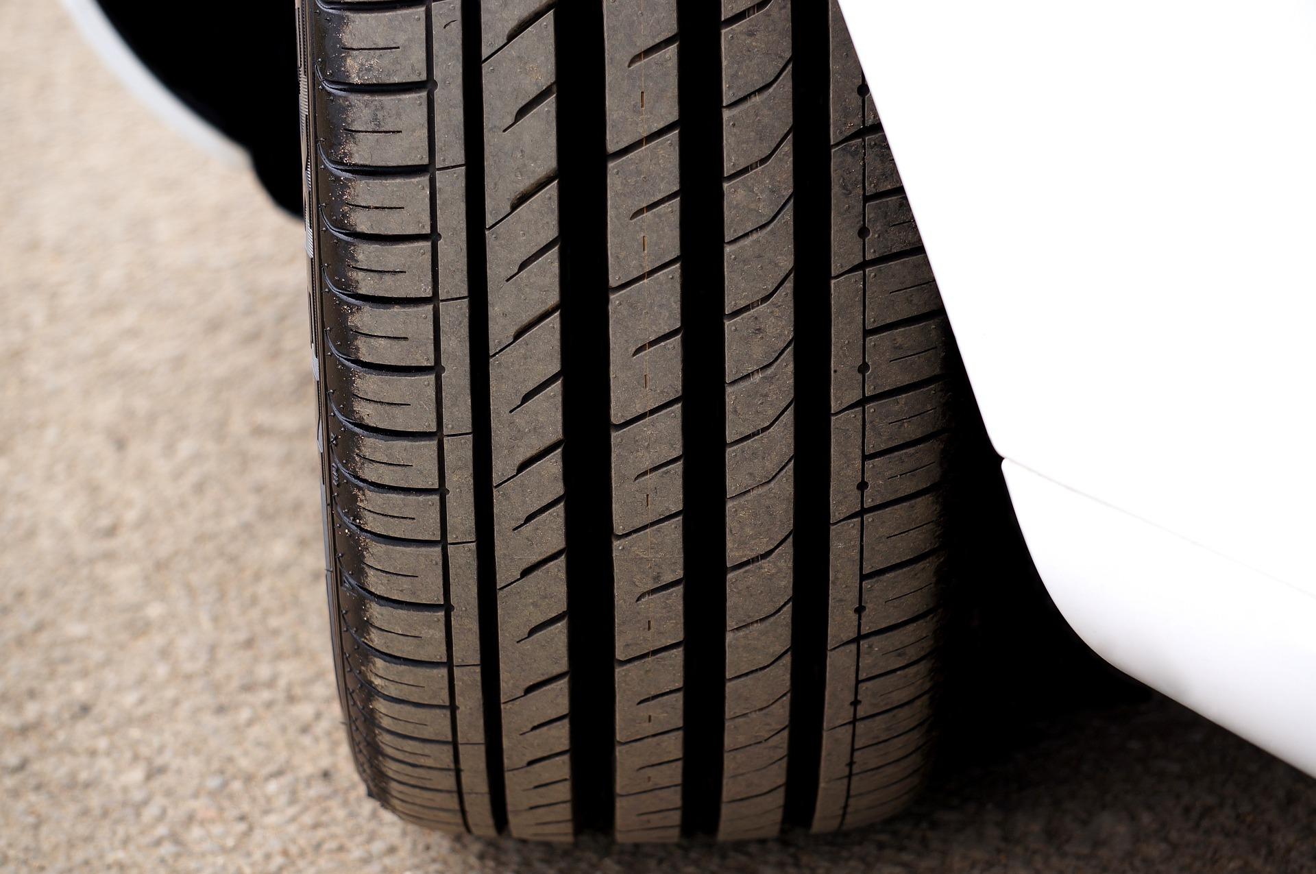 Бескамерная резина оказалась не такой «устойчивой». Почему шина спускает без видимой причины, рассказали специалисты.