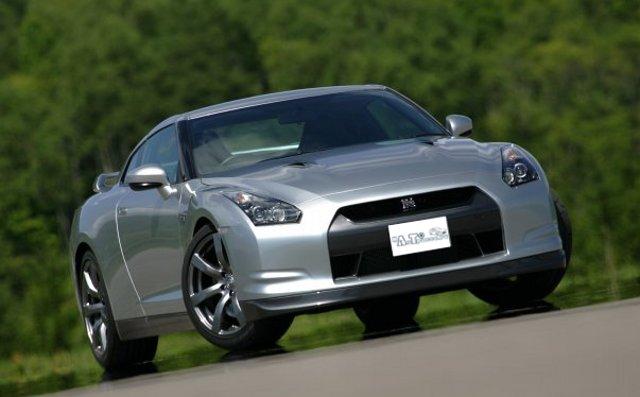 Фото Nissan GT-R - Вид спереди