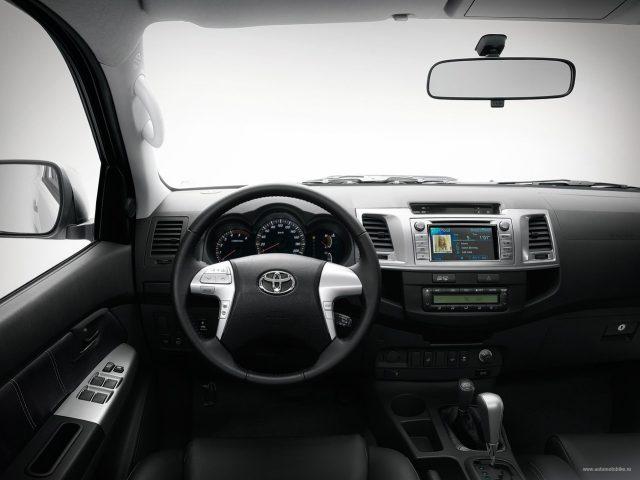 Фото салона Toyota Hilux 2014-2015