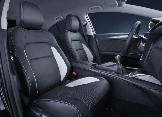 Передние сиденья Toyota Avensis 2015-2016 - фото