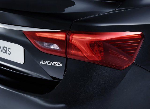 Фото обновленной Toyota Avensis 2015-2016