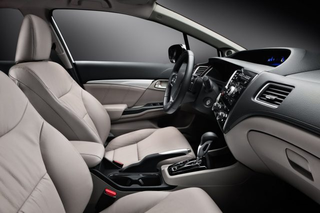 Передние сидения обновленной Honda Civic 4D 2015-2016