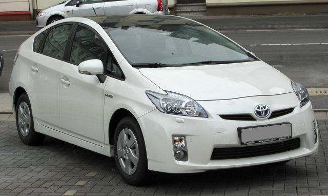 Компания Toyota начала продавать обновленную гибридную модель Prius на родном рынке