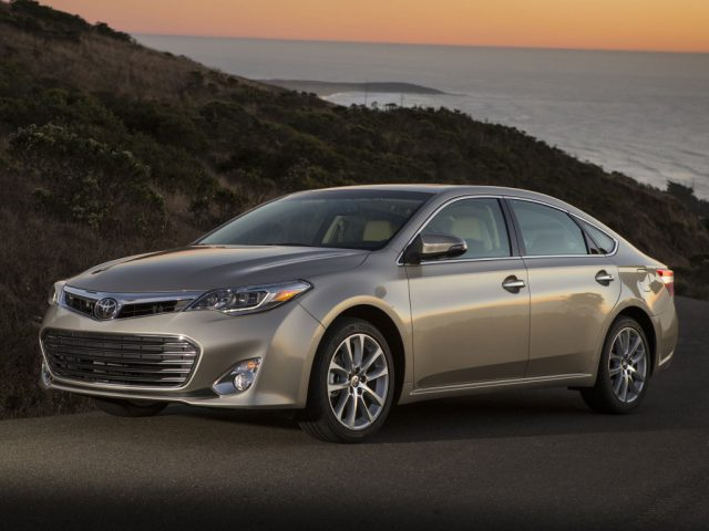 Компания Тойота объявляет отзыв из-за подушек безопасности автомобилей Авалон и Камри
