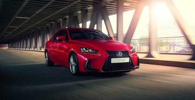 Новинка Lexus IS показалась публике на официальной презентации в Париже